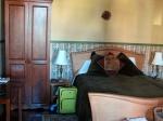 Le lit queen de la première chambre.